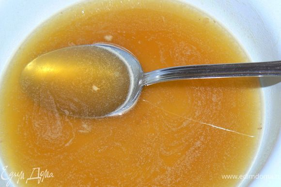 Для сиропа довести до кипения сахар с соком, кипятить около 5 минут и остудить