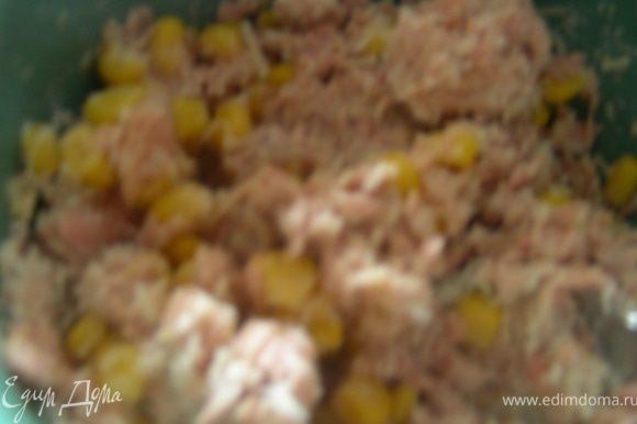 Смешиваем тунец, майонез, кукурузу, перец и сыр.