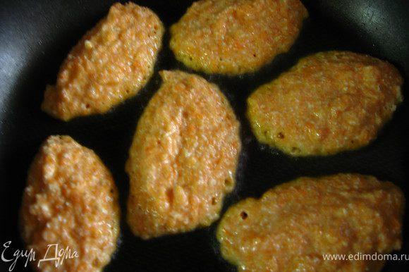 жарить оладушки в небольшом количестве растительного масла на среднем огне до золотистого цвета.