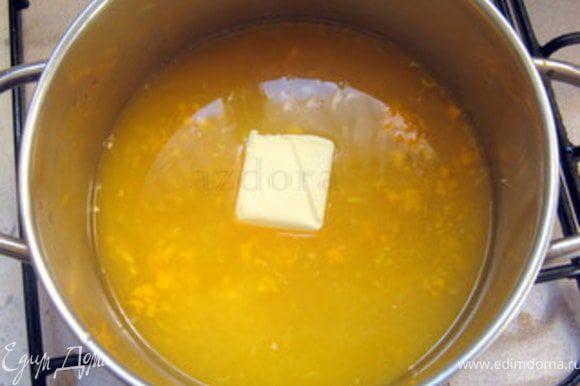 Добавить пектин, сливочное масло и, помешавая, довести до кипения. Добавить отжатый листовой желатин и дать ему растаять на слабом огне.