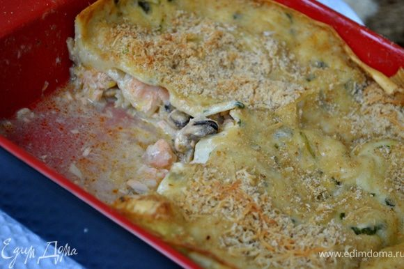 Нагреть духовку до 180 и печь лазанью 1 час, пока верхний слой не станет пузыриться и не станет золотистым.