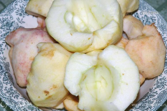 Для начала приготовим «крем», т.к. ему еще надо остыть. Яблоки моем, очищаем от шкурки и сердцевины.