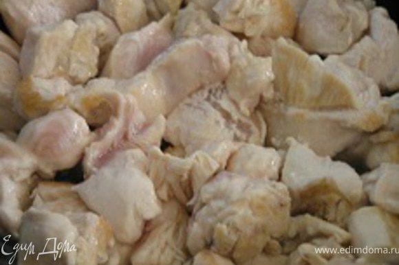 Куриное филе нарезать кусочками, обжарить на растительном масле, посолить, поперчить, тушить под крышкой с добавлением 60-80 мл воды 20 минут.