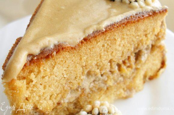 Смазать коржи кремом, сверху украсить конфетами. Дать торту пропитаться.