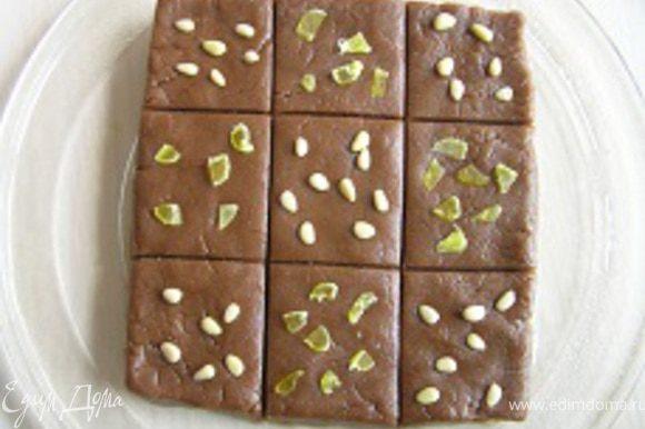 украсить кедровыми орешками и мелко нарезанными кусочками папайи, слегка вдавив в тесто.
