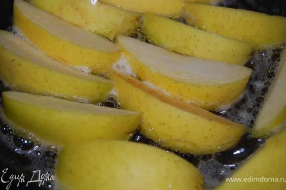 Пока готовятся наши кексы, в качестве гарнира поджарить на сливочном масле порезанные крупными дольками яблоки. Сочетание получилось очень удачным. Яблоки при подаче можно полить бальзамическим соусом.