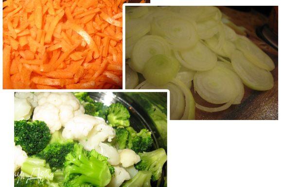 Подготовим овощи. Морковь натереть на крупной терке, лук режим кольцами. Цветную капусту делим на соцветия.