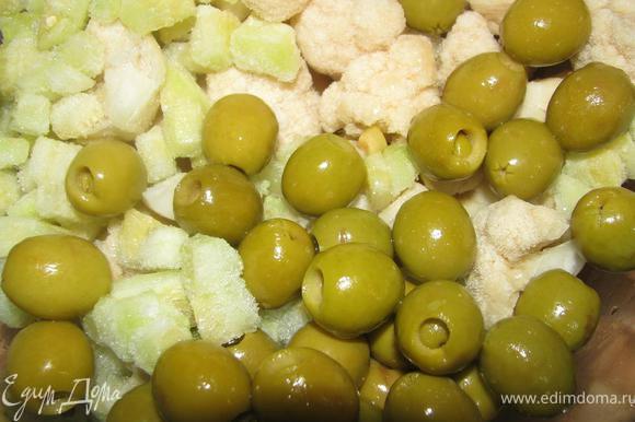 Смешиваем овощи: порезаный кубиками цукини, разделенную на соцветия цветную капусту и оливки. Лучше, чтобы овощи были приблизительно одинакового размера.