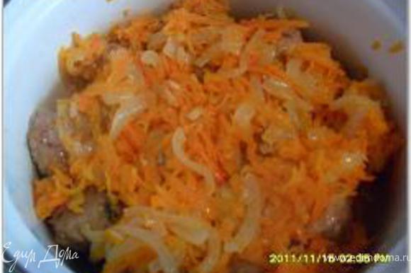 Лук нарезать полукольцами, морковь натереть на крупной терке. Обжарить морковь с луком на растительном масле до золотистого цвета. Переложить фрикадельки в кастрюлю, сверху выложить лук и морковь.