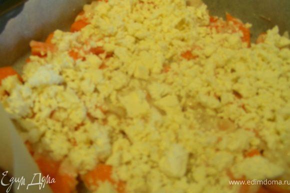 Поливаем ее соусом, сверху посыпаем фетой и отправляем в духовку минут на 30 (до мягкости тыквы).