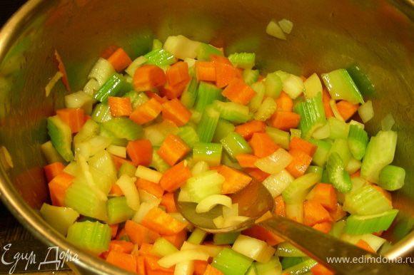 Добавляем лук и морковь и готовим еще 5 минут.