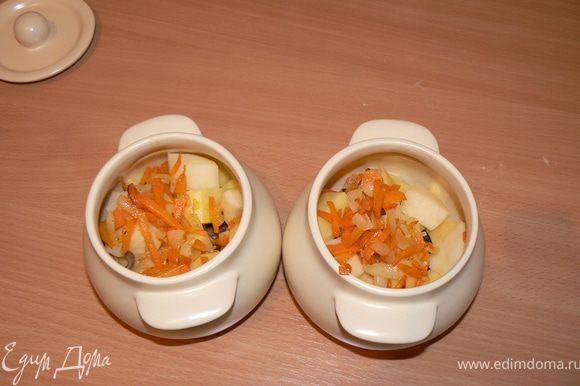 морковь и лук слегка обжарить и в горшочек