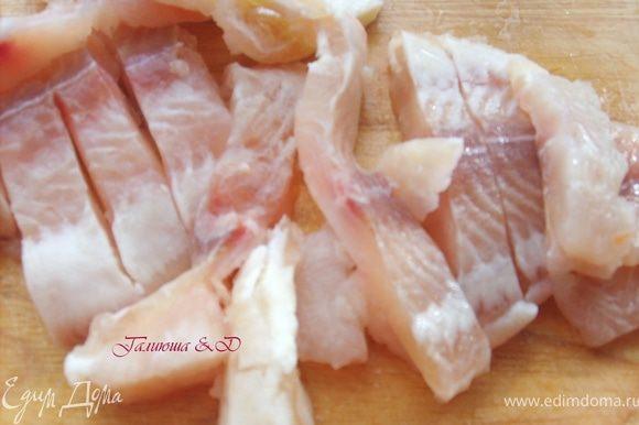 Рыбку нарезать брусочками, предварительно разморозить и обсушить салфетками для удаления лишней влаги