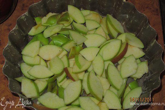 Форму смазать маслом, я смазываю маргарином. На дно выложить яблоки и посыпать корицей. Я хорошо перемешиваю руками, чтобы яблоки промазались корицей.