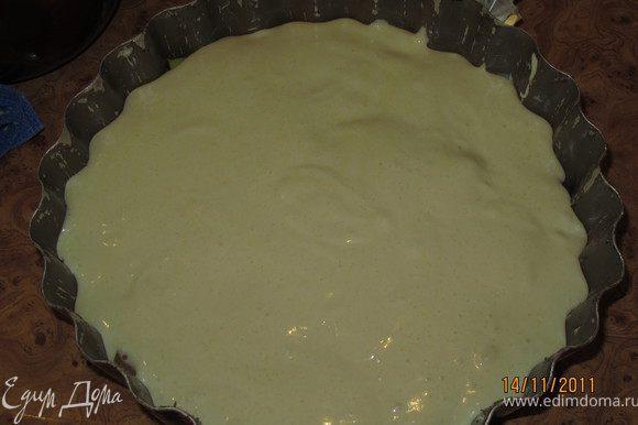 Вылить сверху яблок тесто и поставить в духовку на 40 минут.