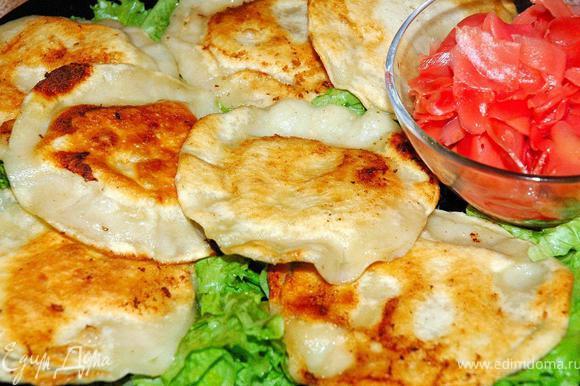 Подаем вонтоны к столу. На широкую тарелку порвем немного салатных листьев и сбрызнем их оливковым маслом и лимонным соком. Теперь выложим поверх наши вкуснейшие хрустящие вонтоны и подадим с лепестками маринованного имбиря и соусом терияки. Вонтоны исчезают с тарелок со страшной скоростью, Вам только остается успевать готовить следующую партию и слушать восторженные возгласы! Приятного аппетита!