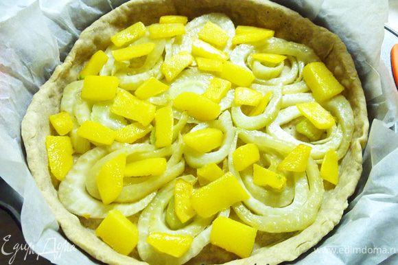 Достать корж, выложить начинку слоями: на дно - кольца фенхеля, далее цукини и лук.