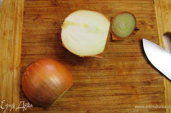 Для того, чтобы легко и просто порезать луковицу, срежьте высохшую стрелку и разрежьте головку вдоль пополам.