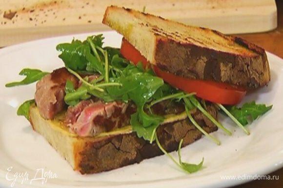 Второй кусок хлеба пропитать оставшимся оливковым маслом Extra Virgin и накрыть сэндвич.