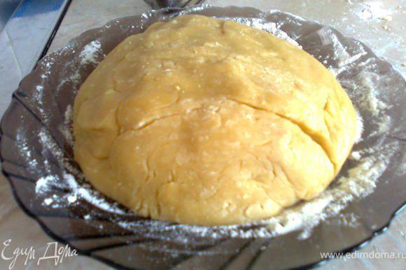 После того как тесто будет готово, его необходимо отправить на полчаса в холодильник и в это время заняться приготовлением крема
