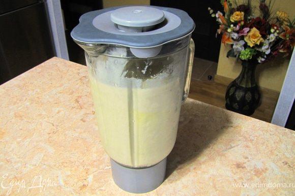 Поместите бананы в блендер, Туда же вылейте молоко, выжмите лимонный сок, высыпьте сахар. По рецепту положено сахарную пудру, но песок тоже успевает раствориться. Взбивайте смесь в блендере в течение 3-5 минут, периодически перемешивая ложкой (не забудьте отключать блендер, когда будете лазить в нем чем-нибудь особенно ценным, например пальцами). Выложите смесь в пластиковую форму и поставьте замораживаться еще часа на три. Подавайте мороженое, полив сверху портвейном.