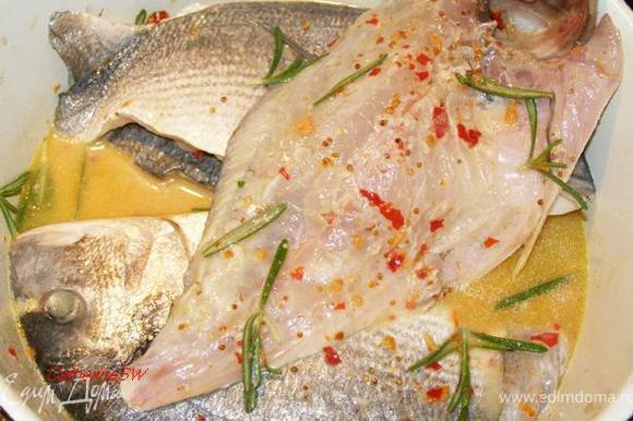 Рыбу очистим от чешуи, выпотрошим, промоем. Разделаем на филе с кожей и головой, как в рецепте http://www.edimdoma.ru/recipes/32575. Приготовим маринад: смешаем сок лимона с горчицей, соусом чили с чесноком, рыбным соусом, оливковым маслом, хересом, сахаром, яйцом. Спросите почему яйцо? Беру пример с китайцев - они часто в рыбных и мясных маринадах используют яйца. У розмарина отделим листики и переложим ими рыбу. Зальем маринадом. Оставим мариноваться на полчаса.