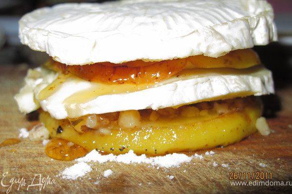 Сверху кладём сыр (кусочек без плесени), на него кладём яблоко и проделываем всё как с первым слоем яблока. Мёд можно залить в дырочку.
