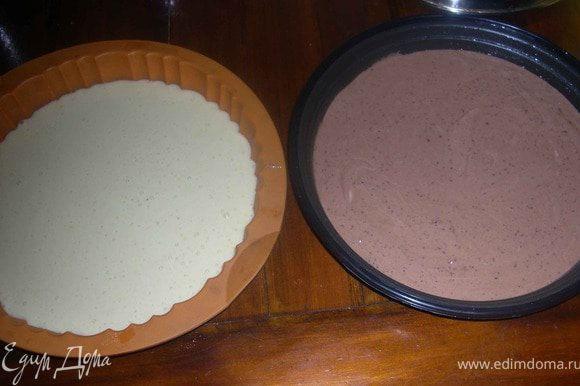 Готовое тесто разделить на две части.В одну добавить какао,перемешать.Формы смазать маслом,разложить в них тесто.В одну тесто светлое,в другую с какао.
