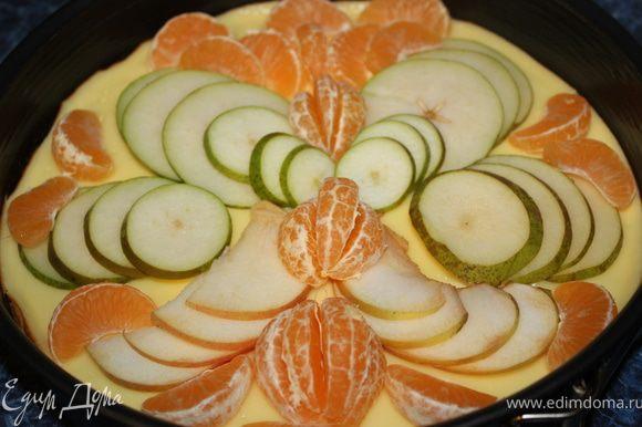 На остывший крем выложить фрукты или ягоды по вашему желанию.