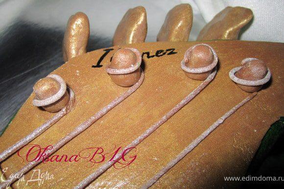 Струны и мелкие детали также сделаны из шокомастики и покрыты кандурином.