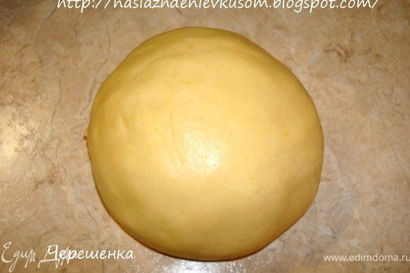 Смешать муку с яичной смесью и быстро вымесить тесто. Завернуть его в пищевую пленку или просто пакетик и положить в холодильник на 30 минут…
