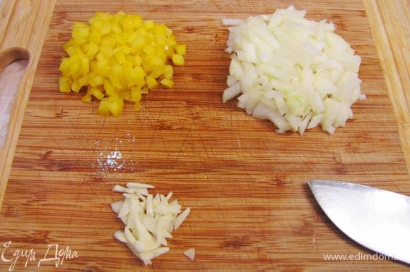 Приготовление соуса В принципе в оригинале использовался кетчуп. Я приготовил свой соус. Мелко порубите лук, чеснок, болгарский перец.