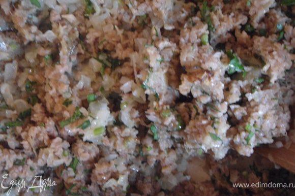 Орехи, чеснок и зелень измельчить мелко, добавить в баклажан. Туда же добавить лук и муку. Посолить, поперчить, перемешать.