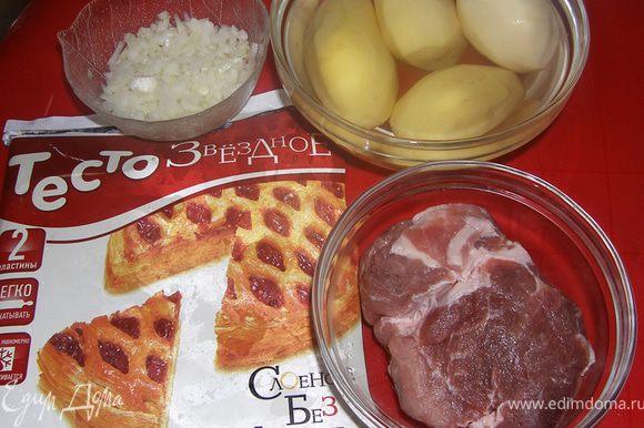 Вот, что вам понадобится... Режем мелко лук. Мясо нарезаем ломтиками, заранее его перчим, солим, я еще добавляю 1ст.л. рафинир.подсол.масла, так сочнее. Картошку режем кружочками 0,5 см, не толще!
