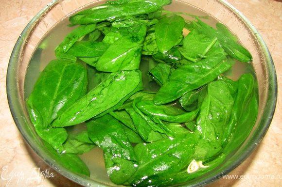 Когда воду от картофеля сольете в емкость - киньте в эту воду листья шпината на две-три минуты.