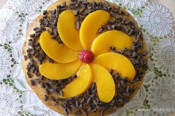 Аккуратно достать из формы, украсить по желанию. Я промазала верх торта мятным сиропом, выложила персики и посыпала шоколадной стружкой. Приятного аппетита! :)