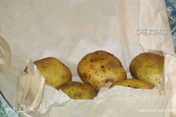 Так же поступить со второй частью картофеля. Укладываем на противень и печем в духовке при 220С около 1 часа, все зависит от размеров Вашего картофеля.