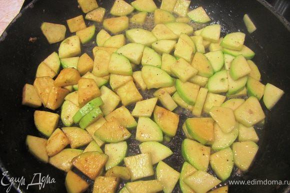 Почистите кабачок, если кожица грубая. Порежьте кабачок вдоль на 4 части и порубите на кусочки, толщиной пол сантиметра. Положите в миску, посолите и перемешайте. Плесните в сковороду, где жарились грудки еще столовую ложку растительного масла, разогрейте его. Обжарьте в сковороде кабачки минуты три.
