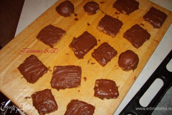 Испеченные печенки немного остудить и помазать их верх шоколадом и вынести на холод до полного застывания шоколада