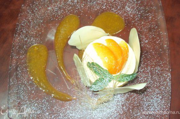 Вынуть из формы суфле, украсить шоколадом, дольками абрикос, карамелькой и мятой. Вокруг полить абрикосовым пюре. Приятного аппетита!