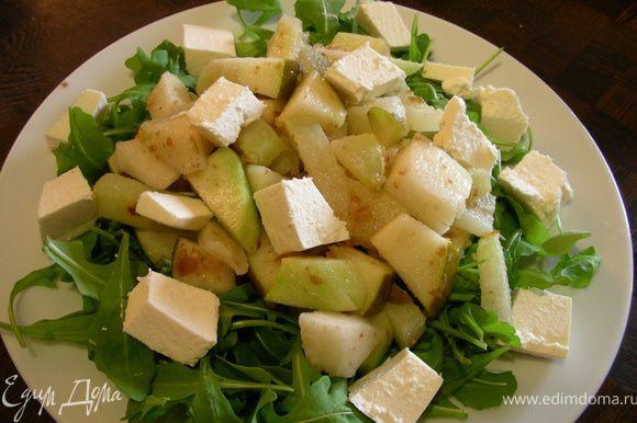 Выкладываем на тарелку салатные листья, сверху получившуюся смесь и фету. Подаем сразу же. Приятного аппетита)))