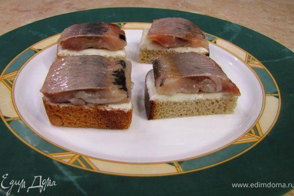 Можете тоже поставить в холодильник. Разрежьте ломтик хлеба на 4 части. Положите на каждый ломтик селедку, предварительно убрав весь лук. Подавайте в тарелке в качестве тостов.