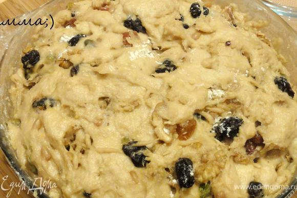 Все тщательно перемешать и добавить муку. Выложить смесь орехов и цукатов и замесить тесто. Убрать тесто в тёплое место на 2 часа.