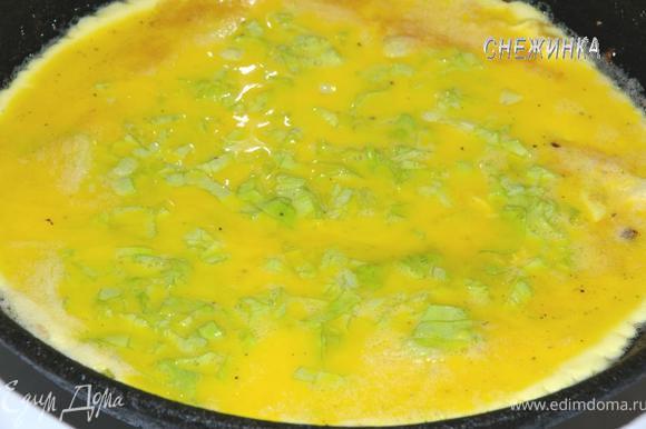 На сковороде (диаметром 18-20 см.) растапливаем сливочное масло. Когда оно перестанет шипеть и пениться, медленно вливаем яичную смесь и равномерно распределяем.