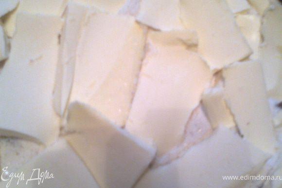 Ломтиками масла из холодильника заполняем верх пирога...