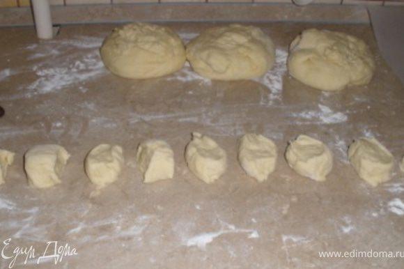 """Осташееся тесто разделить еще на 4 части, из каждой части скатать """"колбаску и разрезать на несколько маленьких частей."""