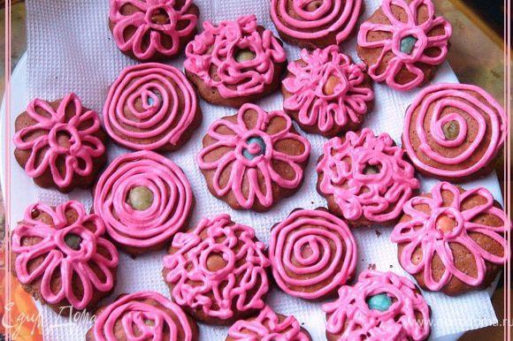 И, наконец, остывшее печенье украшаем по желанию кремом))