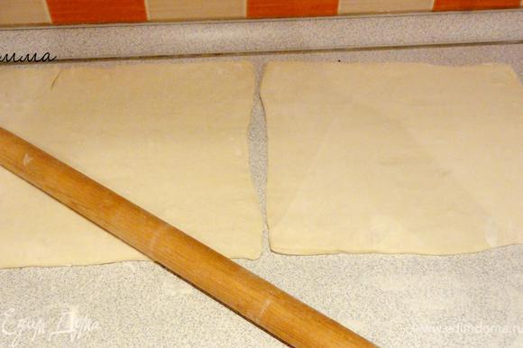 Для начала разморозьте тесто. Затем раскатайте каждый пласт примерно до 0.5 см.