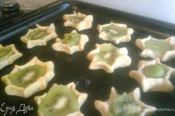 Разложить печенье на противень смазанный маслом.Выпекать при 180*С до золотистого цвета.