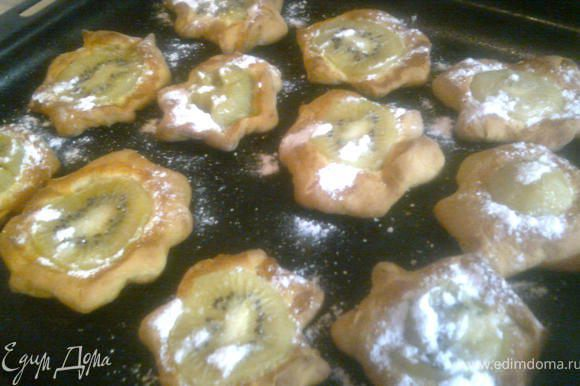 Готовые печенья по желанию украсить сахарной пудрой.